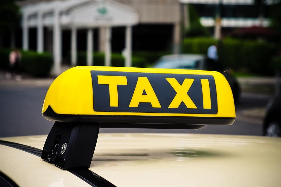 When to use a taxi vs. a ridesharing service